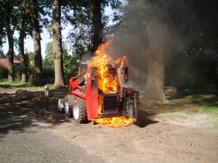 Baumaschine in Flammen